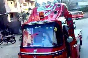 """فيديو.. عندما يتحول """"التوك توك"""" إلى سيارة نقل """"يبقى انت أكيد في مصر"""""""