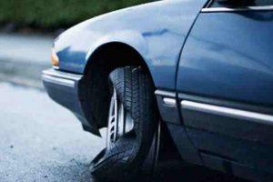 نصائح هامة جداً عند إنفجار إطار سيارتك أثناء القيادة