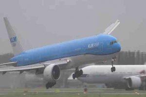 لحظات مثيرة لهبوط طائرة بوينج في مطار أمستردام