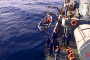 بالصور.. إنقاذ طاقم مركب صيد من الغرق في البحر الأحمر