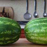 بالصور.. طرق عجيبة جداً لتقشير البطيخ