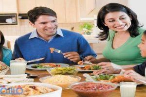 دار الإفتاء تجيب : حكم الكلام أثناء الجلوس علي مائدة الطعام