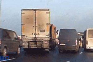 بالفيديو : سائق «مقطورة» يمنع حادث بإستخدام : «غرزة الإبرة والفتلة»