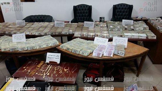 عنتيل الرشوة .. الصور الكاملة للأموال التي ضُبطت في منزل موظف مجلس الدولة