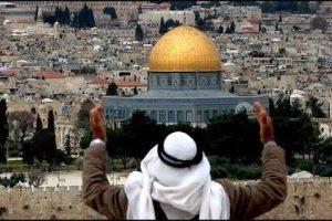 الفلسطينيون يتحدون قوات الاحتلال وينصبون مكبرات الصوت أعلي منازلهم
