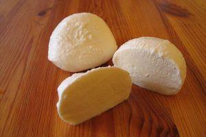 طريقة عمل الجبن الموتزريلا في المنزل بالخطوات