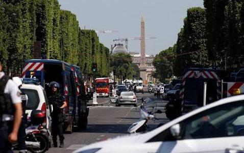 هجوم سياره على شاحنه شرطة في فرنسا ومقتل سائقها