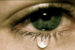 تعرف علي أنواع الدموع وفوائدها