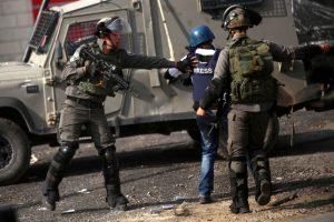 الاحتلال الإسرائيلي يعتدي علي الصحفيين أثناء متابعة أحداث الأقصى