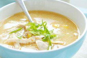 شوربة الدجاج بالذرة والشعيرية وصفه جديدة ومفيدة للأطفال