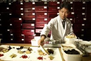 الطب الصيني ونشأته وتطوره ومدي تأثيره عند الصينين
