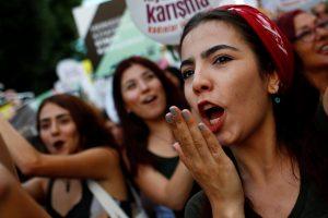 مظاهرات في تركيا  بسبب الهوت شورت
